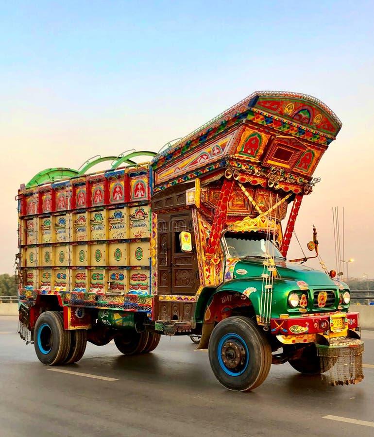 Caminhão bonito com tradição e cultura paquistanesas fotografia de stock