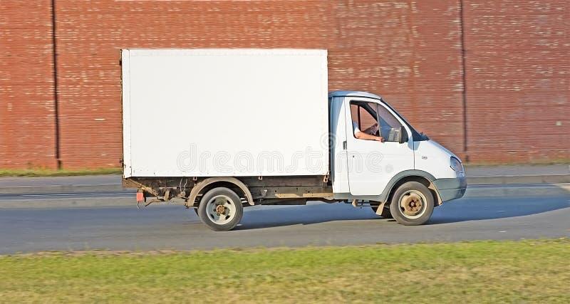 Caminhão branco em branco na estrada de minha série dos caminhões fotografia de stock
