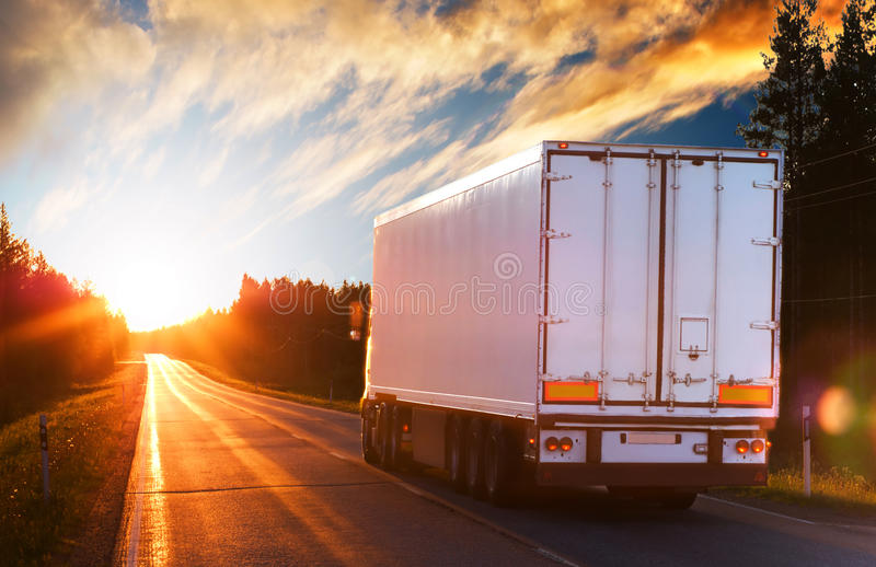 Caminhão branco em uma estrada na noite imagem de stock