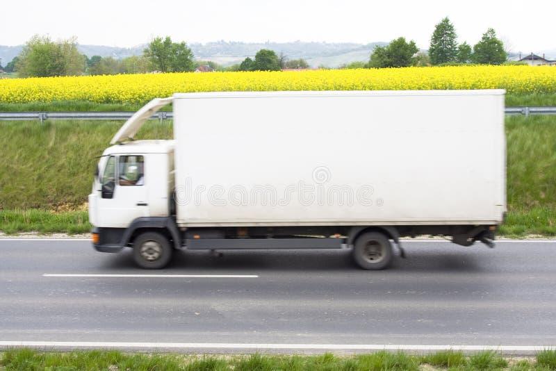 Caminhão branco na estrada fotografia de stock royalty free