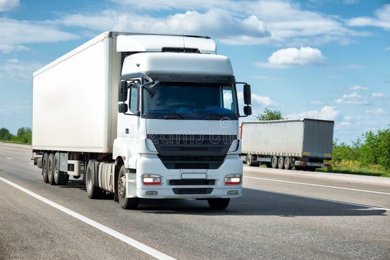 Caminhão branco na estrada Transporte da carga fotografia de stock