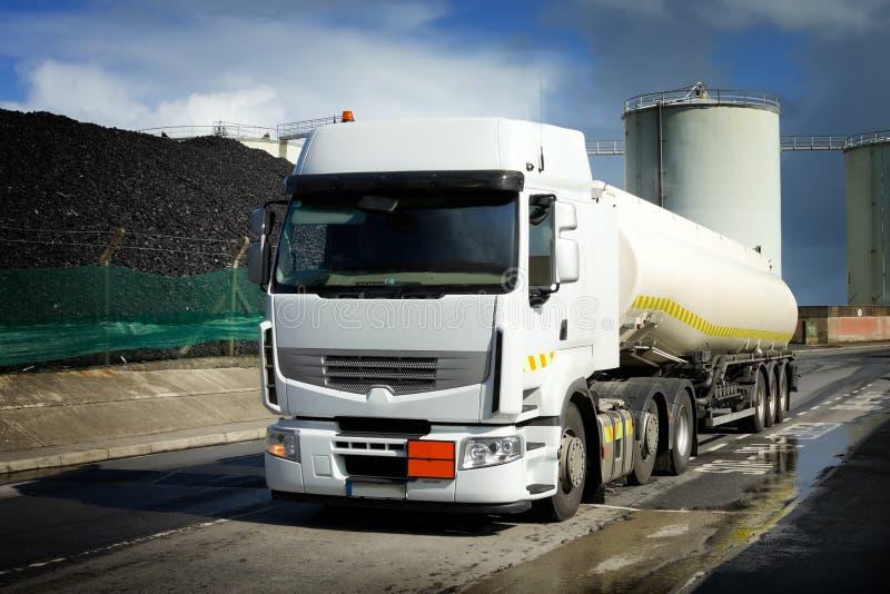 Caminhão com depósito de gasolina fotos de stock