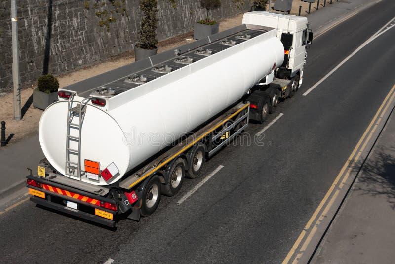 Caminhão com depósito de gasolina fotografia de stock