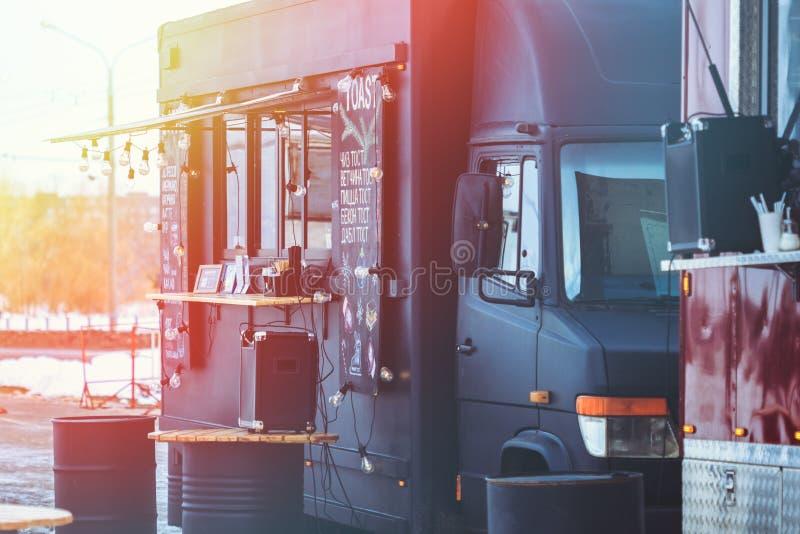 Caminhão com fast food no inverno em uma rua da cidade imagens de stock