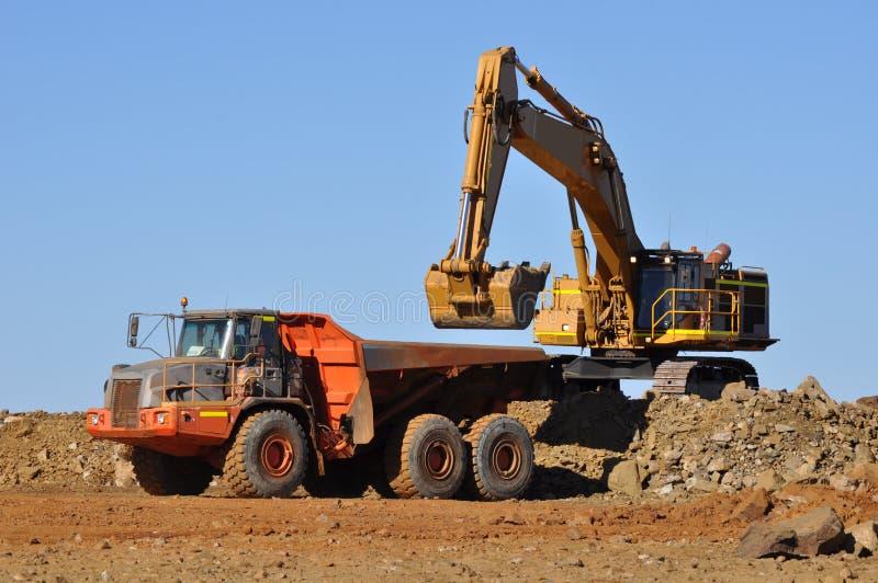 Caminhão da carga da máquina escavadora na pedreira da mina imagens de stock