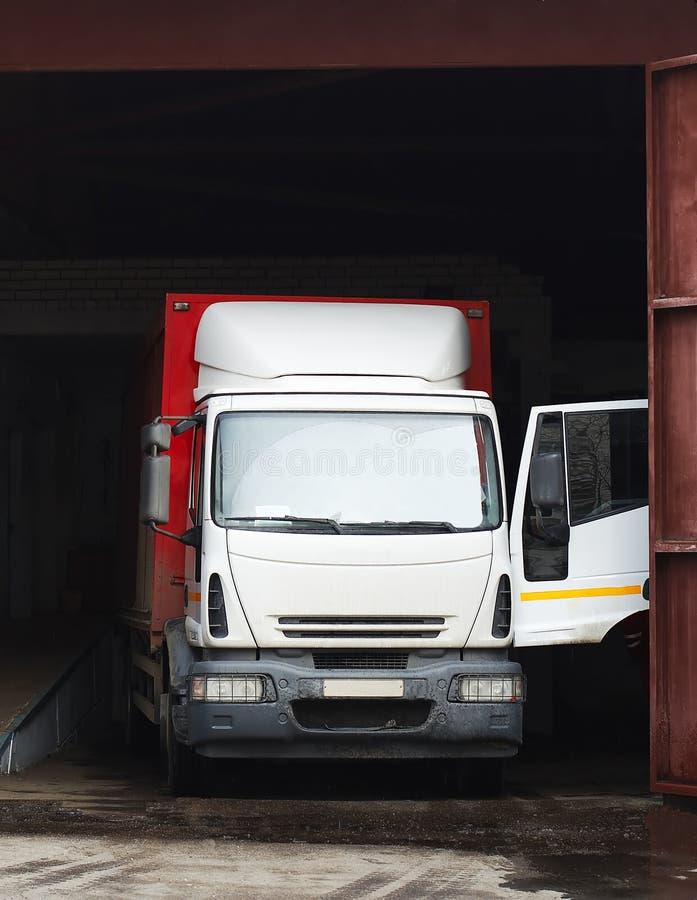 Caminhão da carga na garagem foto de stock royalty free