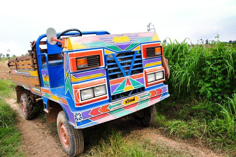 Caminhão da exploração agrícola entre prados luxúrias foto de stock