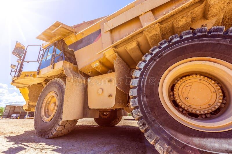 Caminhão de caminhão basculante industrial no dia ensolarado brilhante fotografia de stock