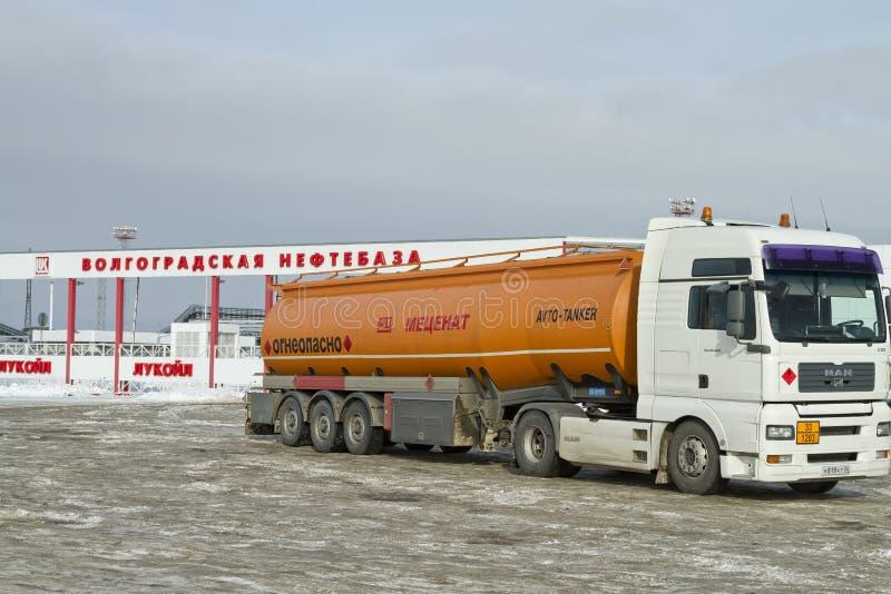 Caminhão de combustível com um tanque alaranjado nos subúrbios dos depósitos do óleo de Volgograd imagens de stock royalty free