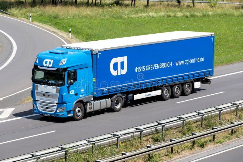 Caminhão de CTJ na estrada imagens de stock royalty free