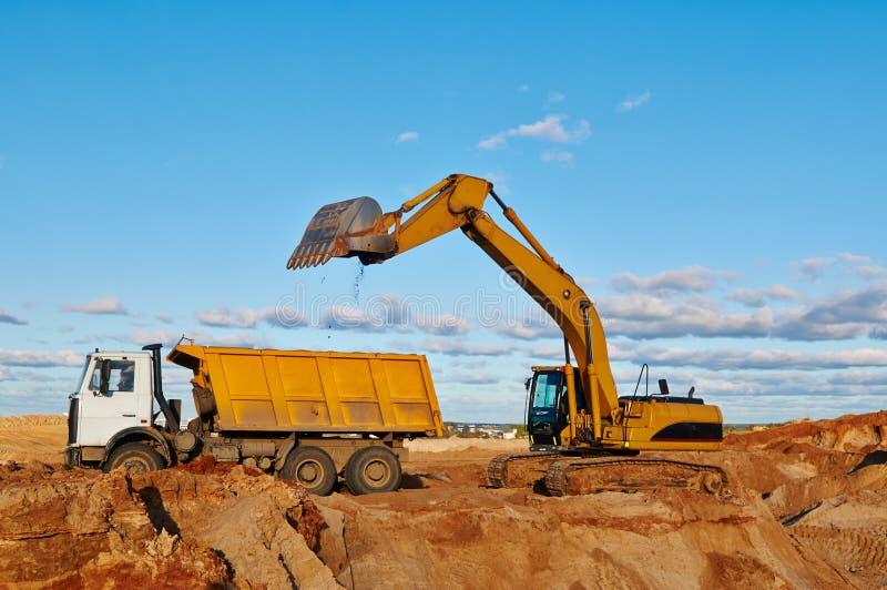 Caminhão de descarregador da carga da máquina escavadora imagem de stock royalty free