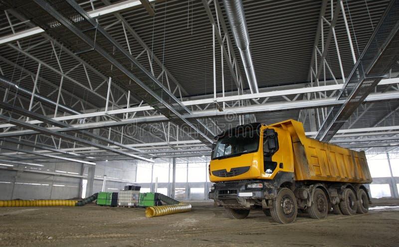 Caminhão de descarregador dentro do edifício industrial fotos de stock royalty free