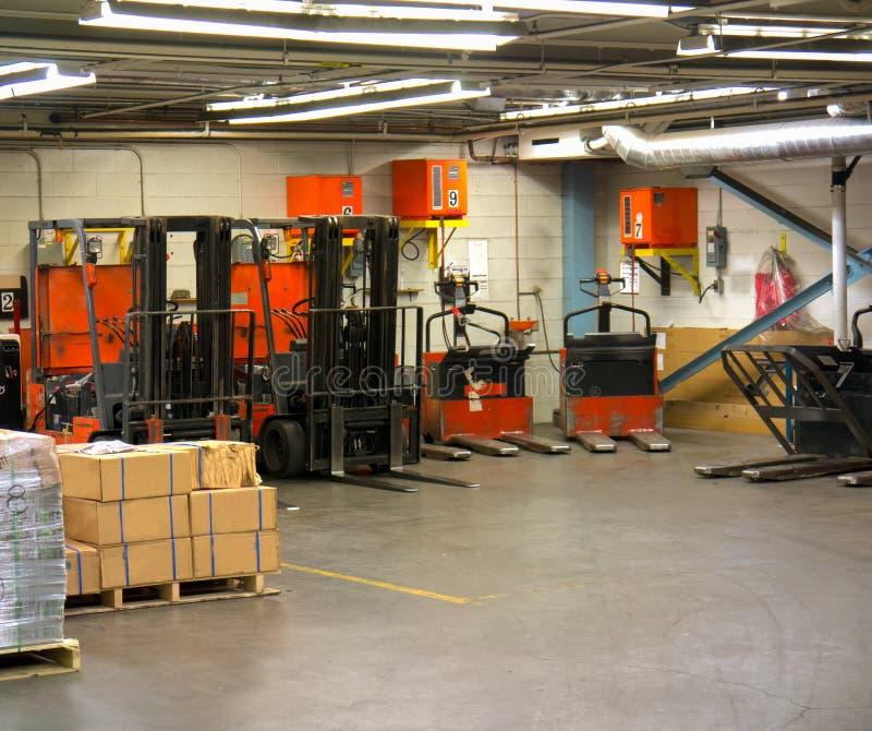 Caminhão de elevador elétrico e área cobrando de Walkie foto de stock