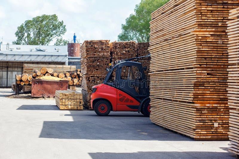 Caminhão de empilhadeira na indústria da madeira serrada imagens de stock