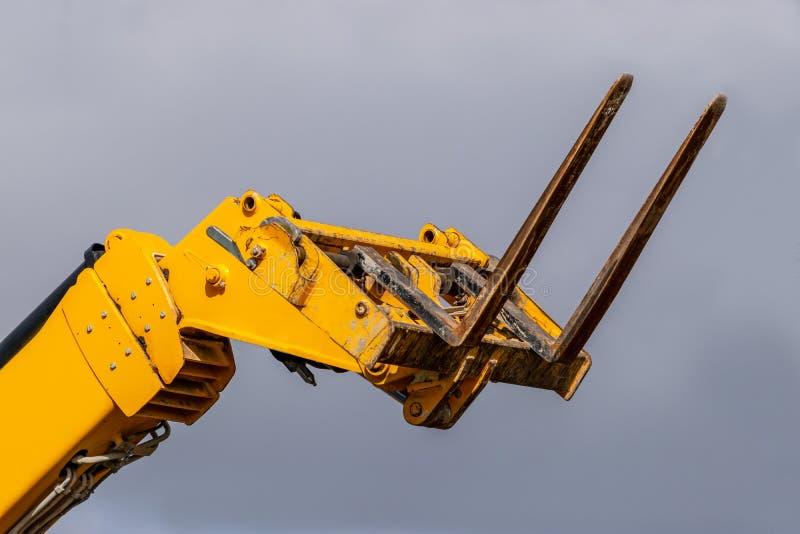 Caminhão de empilhadeira telescópico amarelo do braço imagens de stock royalty free