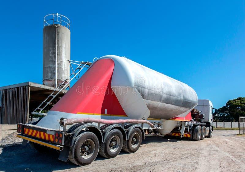 Caminhão de entrega do cimento com rodas e silo múltiplos no fundo fotos de stock royalty free