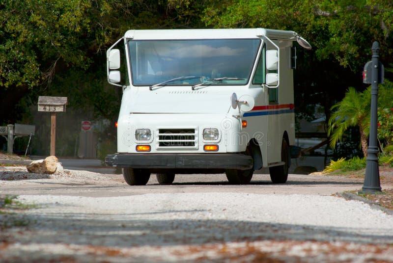 Caminhão de entrega do correio com as caixas postais no fundo fotos de stock royalty free