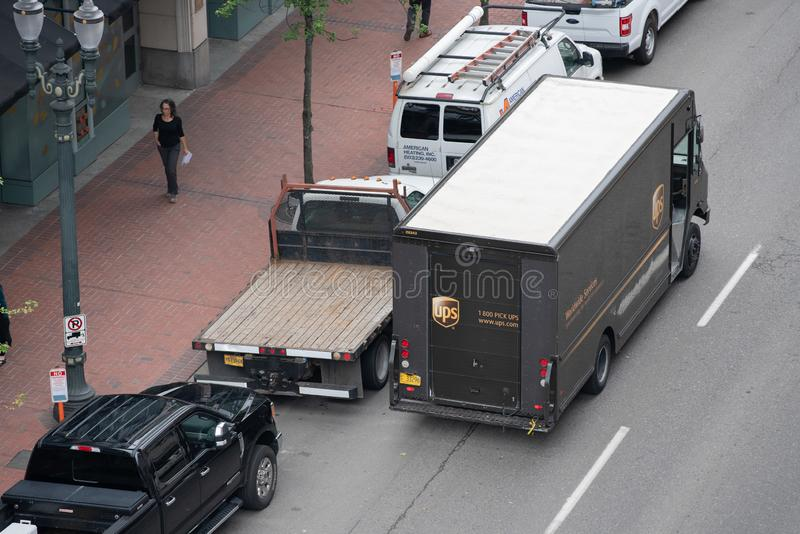 Caminhão de entrega do pacote de UPS na rua imagens de stock royalty free