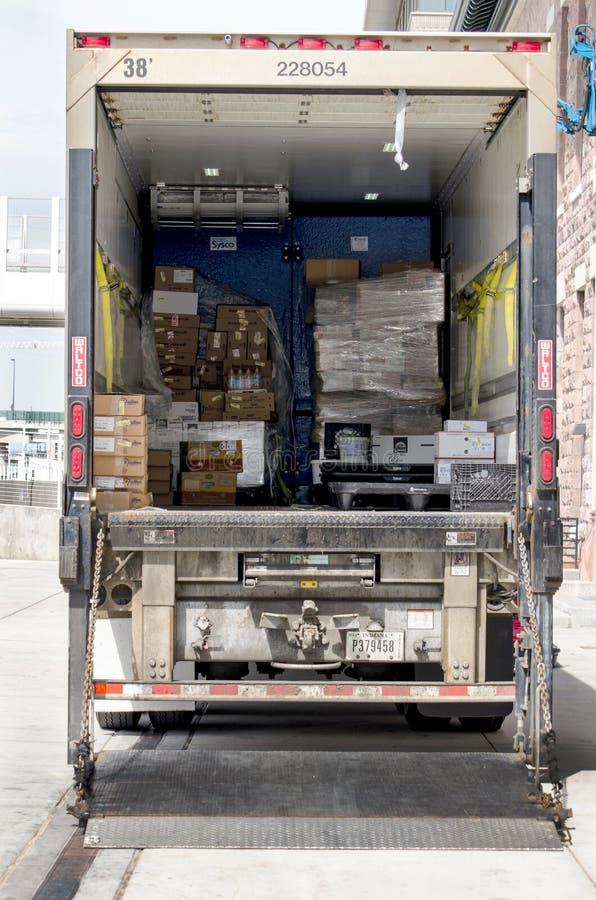 Caminhão de entrega estacionado que está sendo descarregado imagem de stock royalty free