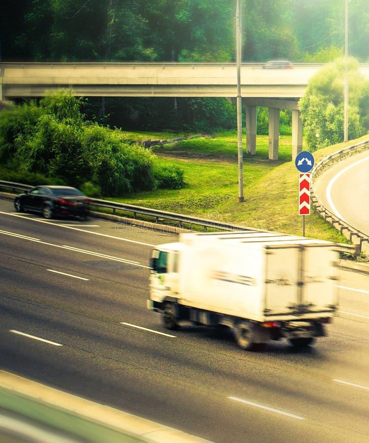 Caminhão de entrega na estrada imagens de stock royalty free