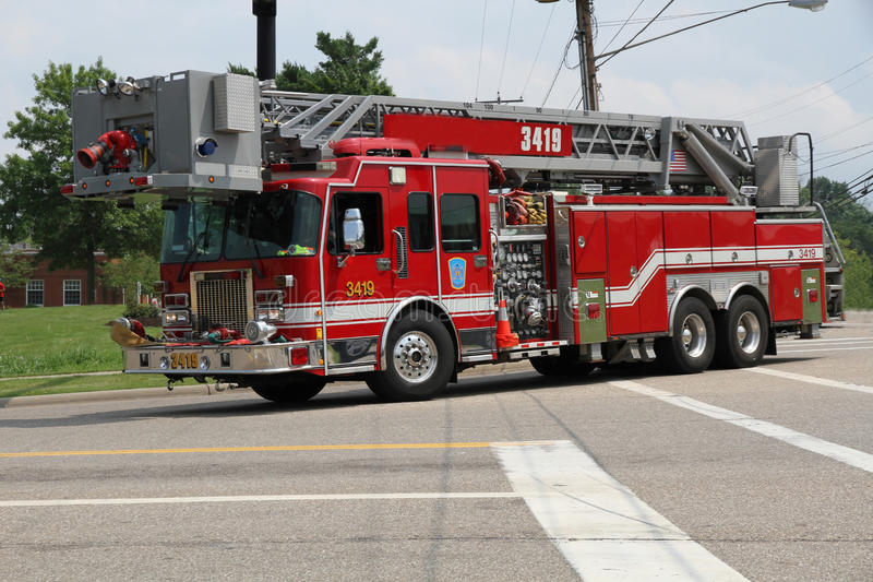 Caminhão de escada do departamento dos bombeiros imagens de stock royalty free