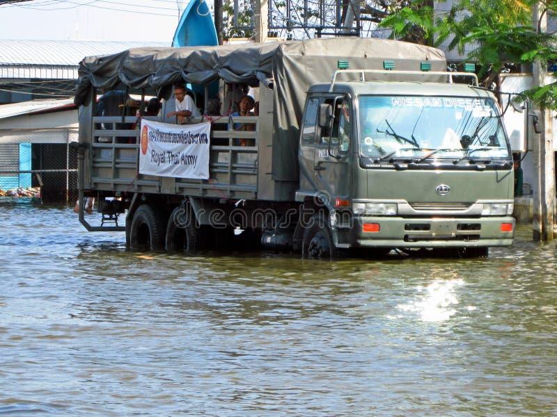 Caminhão de exército na água da enchente fotografia de stock royalty free
