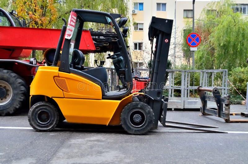 Caminhão de Fork-Lift amarelo imagens de stock