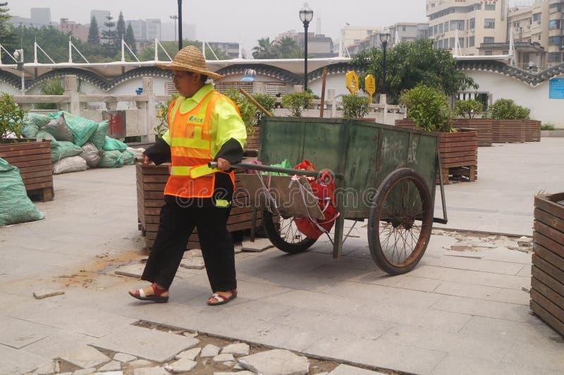 Caminhão de lixo da tração dos trabalhadores do saneamento fotos de stock