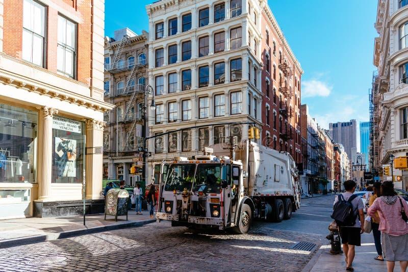 Caminhão de lixo na rua em Soho em New York fotos de stock royalty free