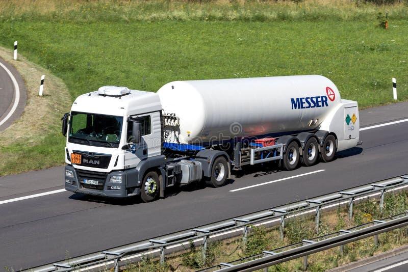 Caminhão de Messer na estrada imagem de stock