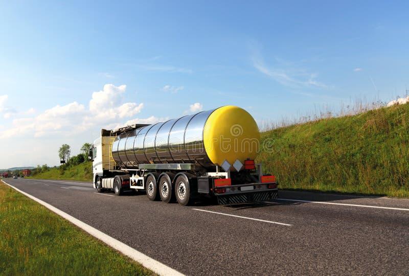 Caminhão de petroleiro do combustível imagens de stock
