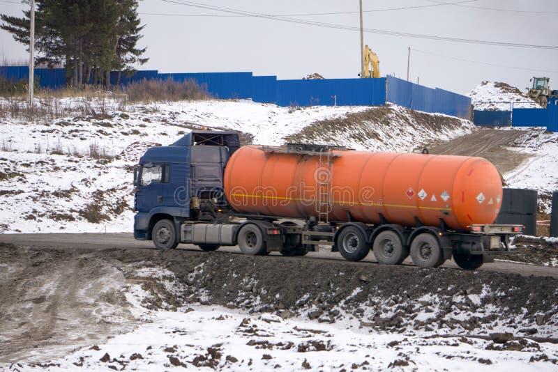 Caminhão de petroleiro do combustível isolado no branco fotografia de stock royalty free