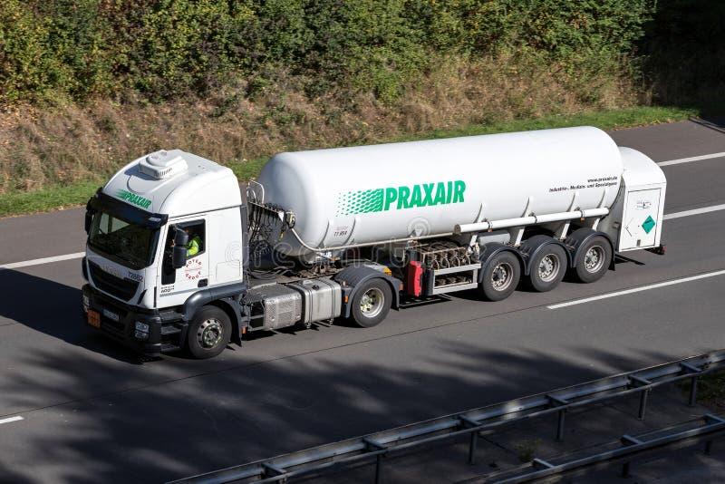 Caminhão de Praxair na estrada fotografia de stock royalty free