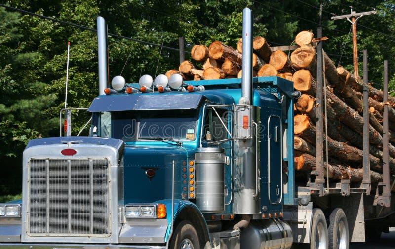 Caminhão de registo com carga cheia foto de stock royalty free