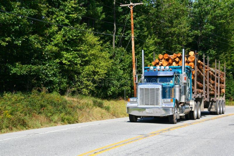 Caminhão de registo, veículo na estrada imagens de stock royalty free