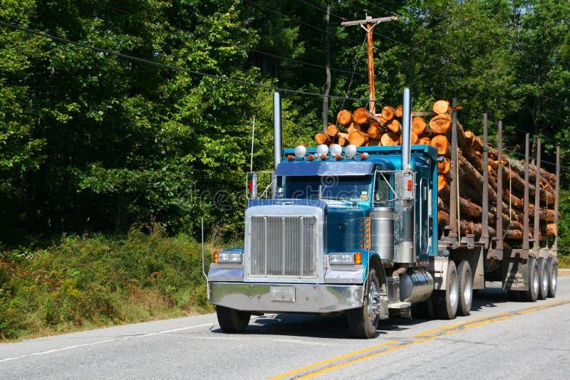 Caminhão de registo, veículo na estrada imagem de stock royalty free