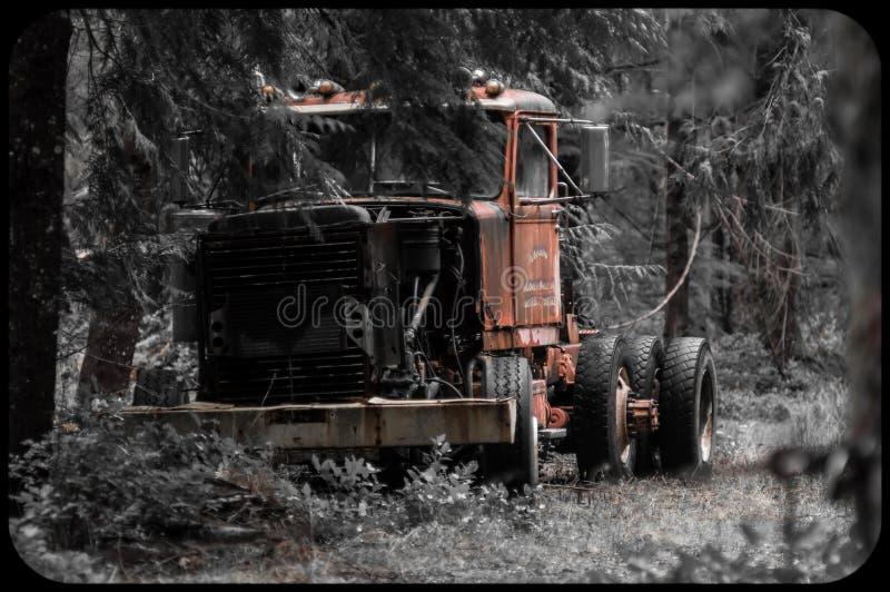 Caminhão de registro abandonado em madeiras de Oregon imagem de stock