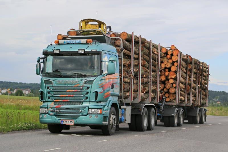 Caminhão de registro de Scania R500 com carga máxima fotografia de stock
