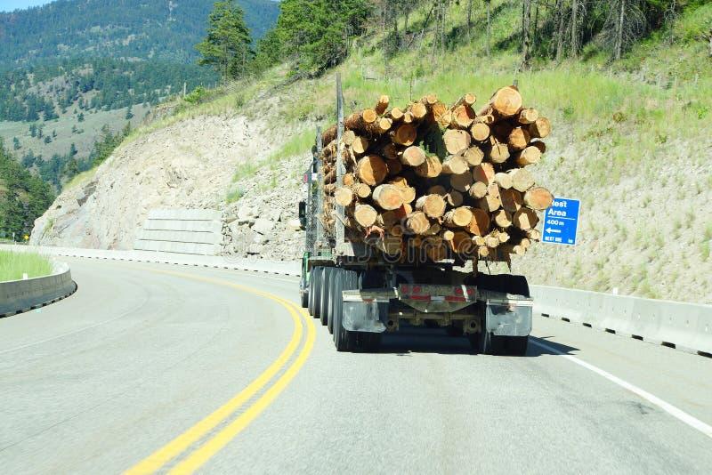 Caminhão de registro na estrada da montanha fotografia de stock royalty free