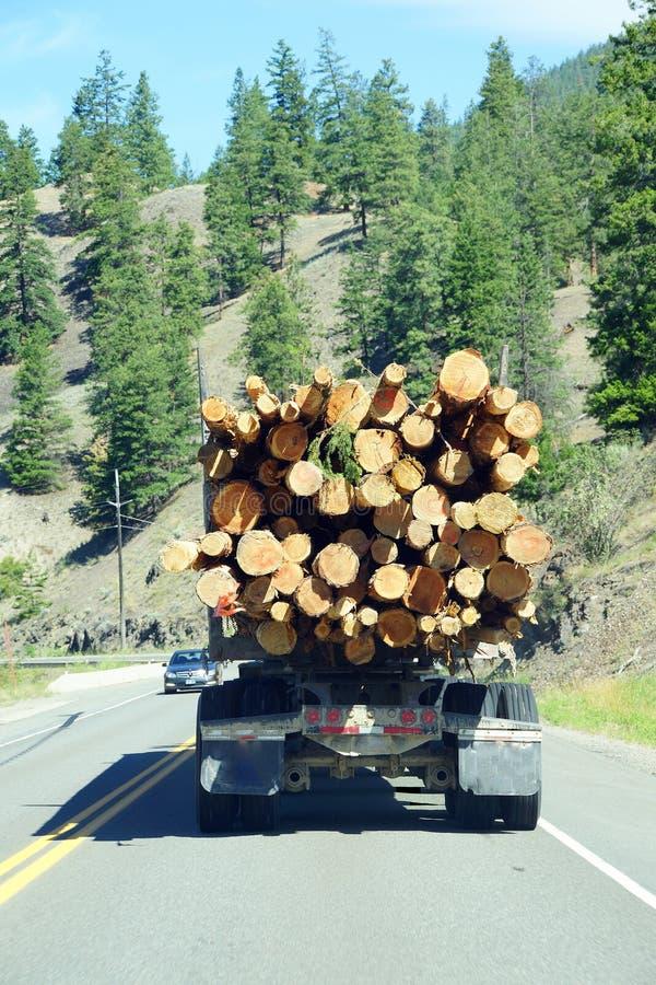 Caminhão de registro na estrada da montanha imagem de stock