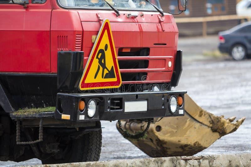 Caminhão de serviço público com sinal do trabalho de estrada nele foto de stock
