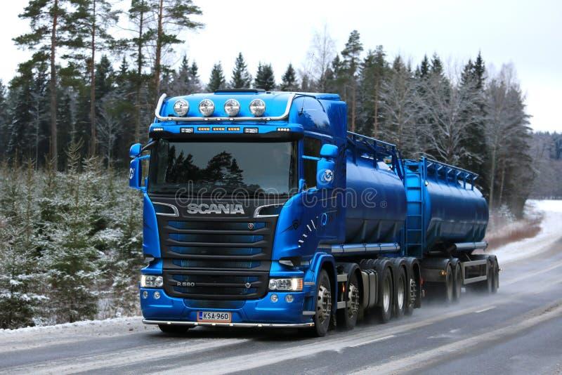 Caminhão de tanque azul de Scania R580 que transporta na estrada rural do inverno fotos de stock