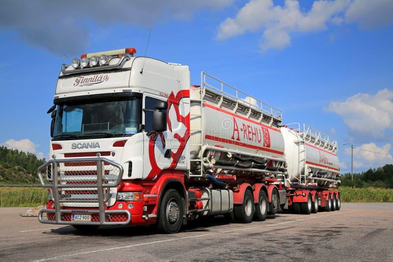Caminhão de tanque de Scania R560 em um parque de estacionamento imagens de stock royalty free