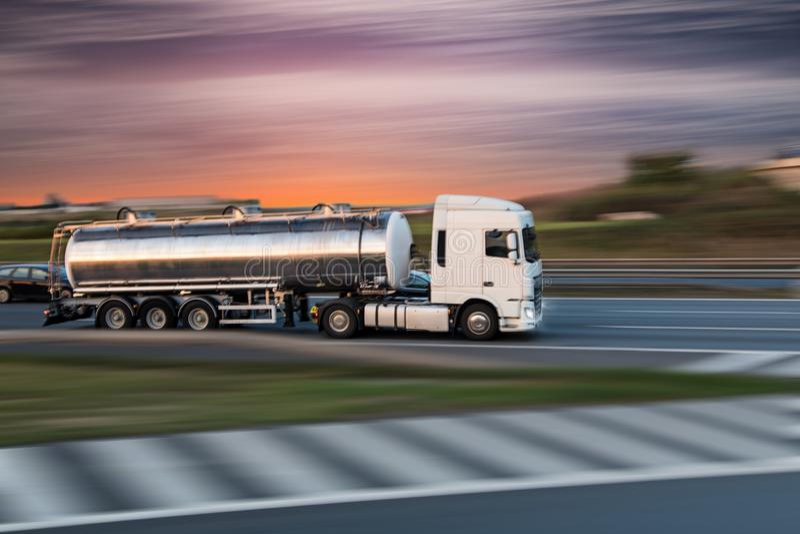 Caminhão de tanque na estrada, conceito do transporte da carga fotos de stock royalty free