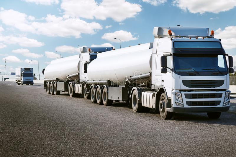 Caminhão de tanque na estrada, no transporte da carga e no conceito do transporte fotos de stock