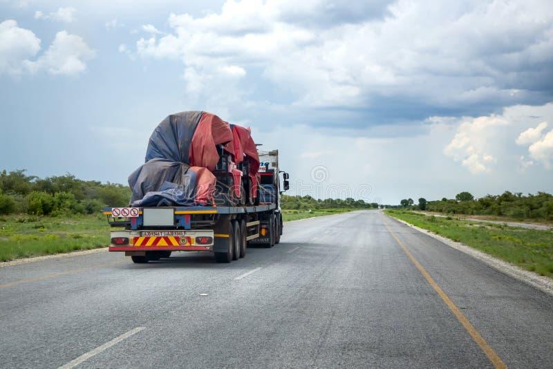 Caminhão de transporte na estrada aberta fotos de stock royalty free
