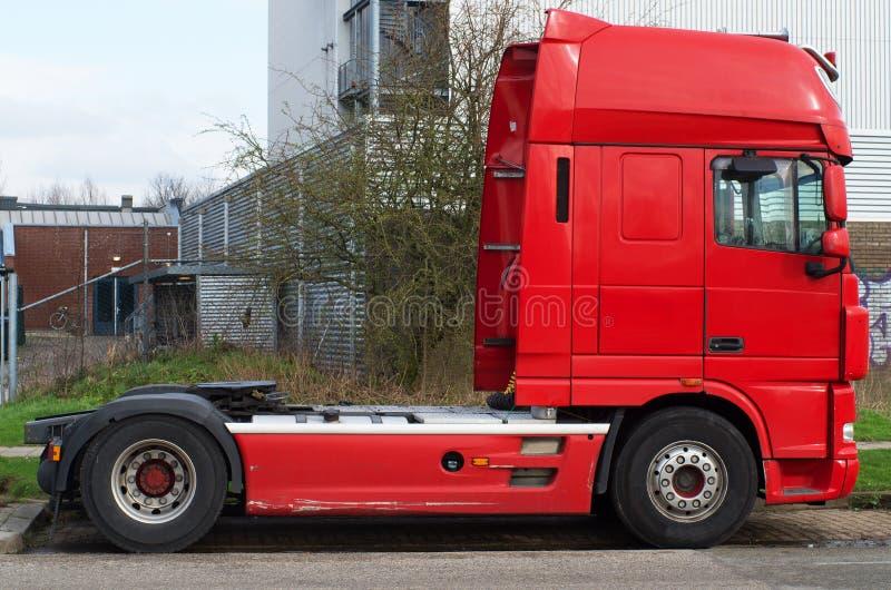 Caminhão de transporte vermelho fotografia de stock royalty free