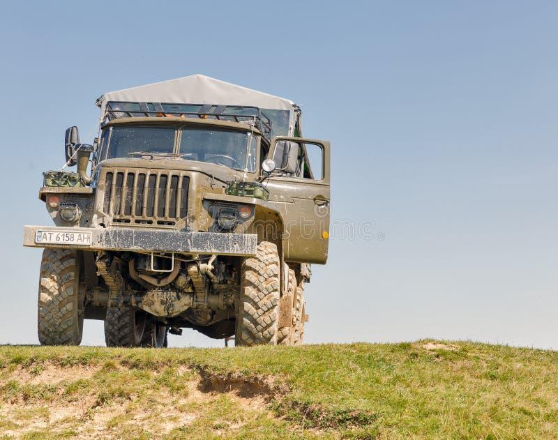 Caminhão de Ural na excursão extrema às montanhas Carpathian, Ucrânia fotografia de stock