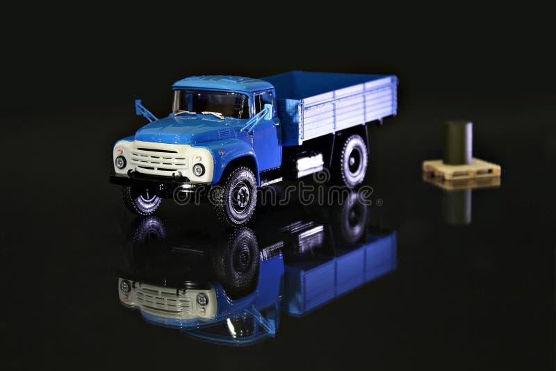 Caminhão diminuto azul brilhante fotografia de stock