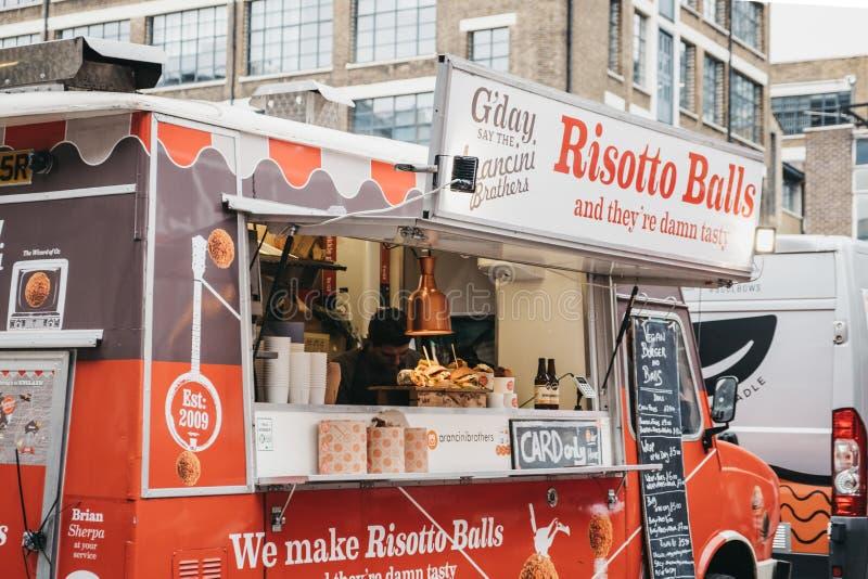 Caminhão do alimento das bolas do risoto dentro do mercado do alimento da rua da jarda de Ely na pista do tijolo, Londres do lest imagens de stock royalty free